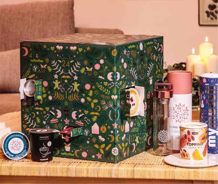 MyMüsli Adventskalender DELUXE mit Müsli, Porridge und Co gefüllt in grün auf dem Tisch