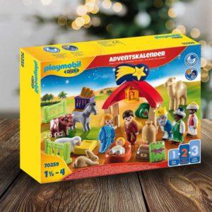 Playmobil-Adventskalender vorm Weihnachtsbaum für Kinder